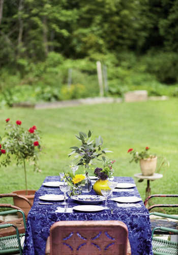 The hostess welcomed her guests to dine in the backyard of her Asheville home.